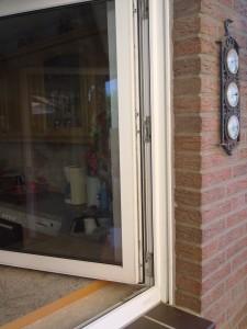 Foto: Fensterflügel mit neuen nachgerüsteten Sicherheitsbeschlägen